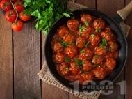 Малки телешки кюфтенца с доматен сос и магданоз на тефлонов тиган с незалепващо покритие
